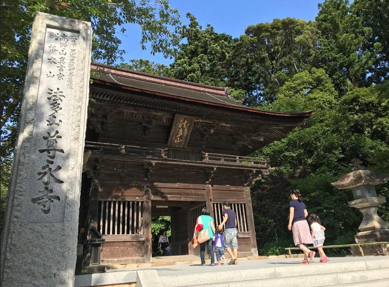 尊永寺仁王門にパワースポット巡りの静岡恋活デート